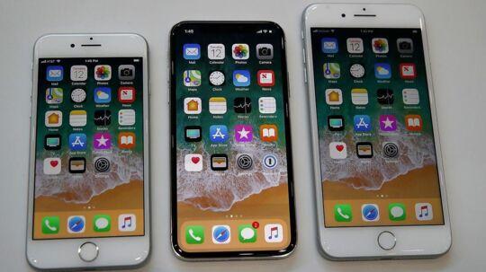 De tre nye iPhone-telefoner linet op efter Apples præsentation forleden. Fra venstre iPhone 8, iPhone X og iPhone 8S. Arkivfoto: Justin Sullivan, Getty Images/AFP/Scanpix