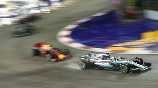 Selv om Mercedes (th.) i mange år har haft stor succes og har en dominerende rolle i Formel 1-sporten, er det ikke et team, man kan regne med på den lange bane i racersportens kongeklasse. Mercedes er som et hold, der er ejet af en bilfabrik, kun med, så længe bestyrelsen og marketing-afdelingen synes, det er en god idé. Faktisk er kun tre af 10 team 'langtidsholdbare' i Formel 1.