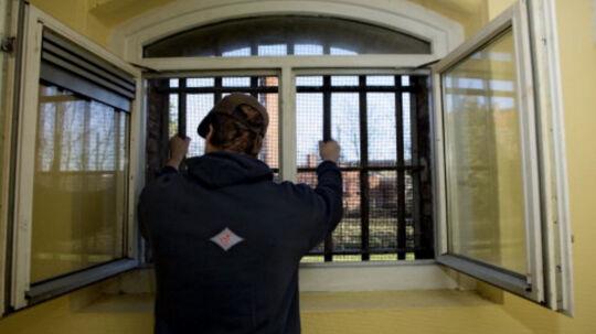 Advokatrådet varsler mere intens kontrol af forsvarsadvokaters uddeling af trøjer og andet til indsatte klienter i arresthusene. Billedet er taget i Slagelse. Scanpix/Kaare Smith/arkiv