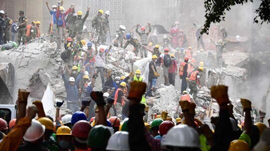 Mexico City den 21. september. Redningsarbejdere giver signal til, at der skal være stille - i forsøget på at lytte sig frem til overlevende i murbrokkerne.