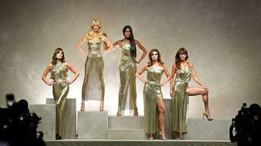Carla Bruni,  Claudia Schiffer, Naomi Campbell, Cindy Crawford and Helena Christensen på scenen i Milano.