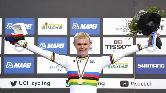 Julius Johansen jubler med sin VM-guldmedalje om halsen.