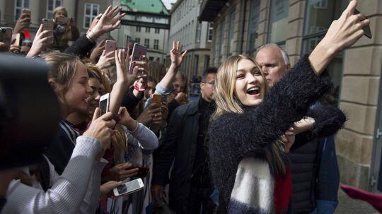 Den amerikanske supermodel Gigi Hadid besøger Danmark som kampagnemodel for Tommy Hilfiger. Foran Magasin på Kgs Nytorv vil der være rød løber, hvor hun taler med fans og lader sig fotografere sammen med dem.