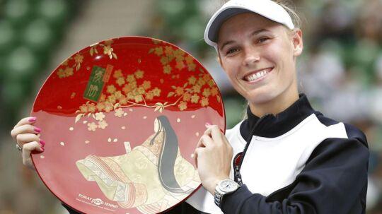 Caroline Wozniacki med sit trofæ.