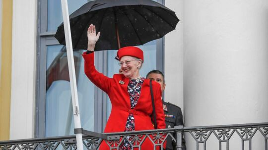 epa06002655 Queen Margrethe II of Denmark waves on the balcony of the Presidental Palace during an official visit by the Nordic Heads of State in Helsinki, Finland, 01 June 2017. The Nordic Heads of State are on an official visit to mark the 100th Anniversary of Finland's independence. EPA/KIMMO BRANDT