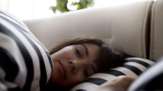 Hvad gør man, når man ikke kan sove? Søvnprofessor følger sine egne råd - og læser i en bog, hvis ikke det virker.