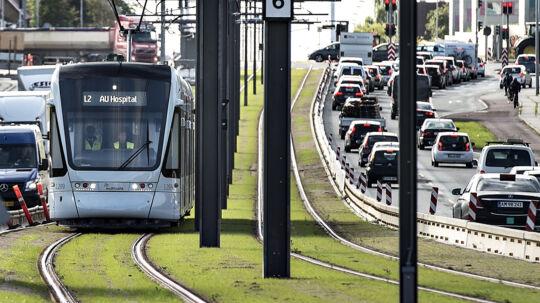 Firmaet Keolis, der skal stå for den daglige drift af letbanen i Aarhus, skal senest tirsdag klokken 12 aflevere en detaljeret plan for, hvordan man kan få det manglende sikkerhedscertifikat. Det fremgår af dokumenter fra Aarhus Kommune. Scanpix/Henning Bagger/arkiv