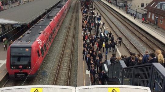 To nedfaldne køreledninger skabte kaos tirsdag morgen for DSB på S-togsnettet. Her venter passagerer på Hellerup Station. Free/Privatfoto/lone Maria Christiansen