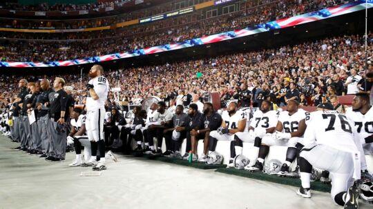 Oakland Raiders-spillerne var blandt dem, der var mest aktive i protestaktionen mod præsident Donald Trump. Søndag aften sad mange ned under afspilningen af nationalmelodien inden kampen mod Washington Redskins. Desværre for Raiders var det, som om de blev siddende der hele kampen, for holdet fik klø af Redskins, og det koster et par placeringer i BTs power ranking. Foto: AFP
