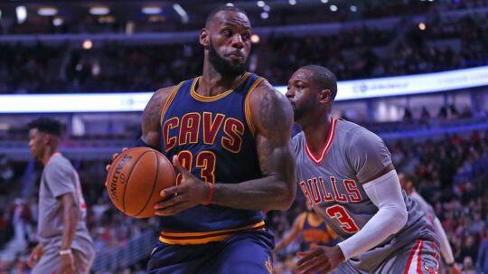 LeBron James (tv.) og Dwyane Wade spillede på forskellige hold i den seneste sæson. Nu er de forenet igen.