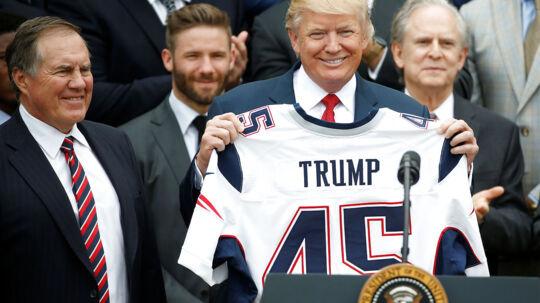 Præsident Donald Trump havde i april besøg af Super Bowl-mestrene fra New England Patriots i Det Hvide Hus. Den ære bliver ikke NBA-mestrene fra Golden State Warriors til del, efter at Trump trak invitationen til holdet tilbage, efter at stjernen Stephen Curry kritiserede Trump. Foto: Reuters