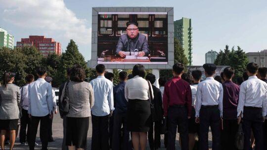 Tilskuere ser på en udsendelse med Kim Jong-Un i Pyongyan.