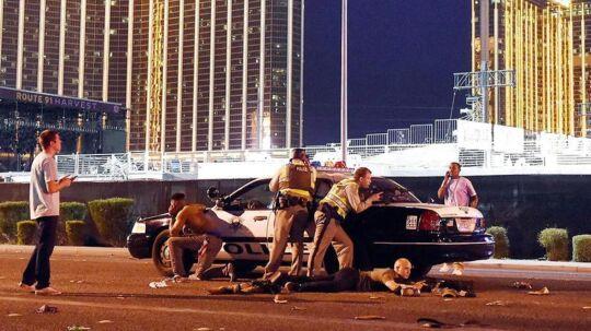 Bevæbnet politi tæt på festivalpladsen i Las Vegas, hvor mindst 58 mennesker søndag aften lokal tid blev dræbt.