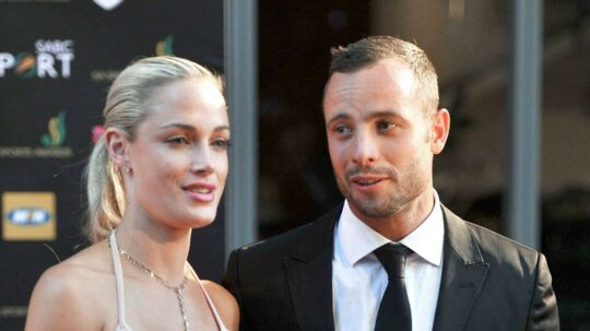 Reeva Steenkamp og Oscar Pistorius i 2012 til en prisuddeling i sydafrikanske Johannesburg. I november udkommer en film om Pistorius' drab af Steenkamp.
