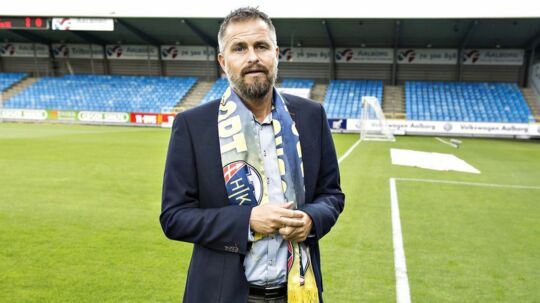 Jens Hammer Sørensen dropper jobbet som skolelærer og skal nu være sportschef på fuld tid i superligaklubben.
