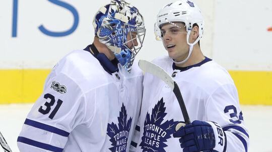 Auston Matthews fra Toronto Maple Leafs lykønsker Frederik Andersen (31) efter sejren over Winnipeg Jets. Den danske målvogter blev kåret som en af kampens tre bedste spillere. Scanpix/Jason Halstead
