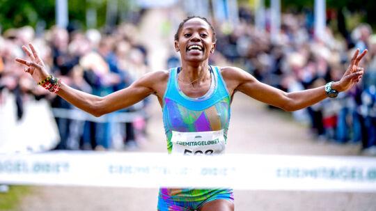Søndag d. 8. oktober 2017 blev Eremitageløbet løbet i Dyrehaven nord nord for København for 49. gang. Det 13, 3 kilometer lange Eremitageløb er verdens ældste motionsløb. Vinder af løbet blev Abdi Ulad i tiden 00.40.04. Hurtigste kvinde blev Sylvia Kiberenge i tiden 00.44.32. Her kommer sidstnævnte i mål.