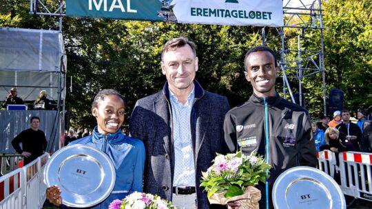 BTs chefredaktør, Jens Grund, hylder Eremitageløbets dronning og konge, Sylvia Kiberenge og Addi Hakin Ulad med blomster og BTs sølvfade.