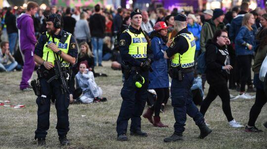 Efter en teenagepige har anmeldt en voldtægt på Bråvalla-festivalen i Norrköping har arrangøren besluttet at stoppe festivalen. Her ses politiet på festivalen.