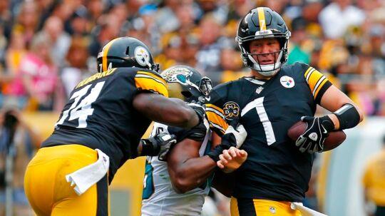 Quarterback Ben Roethlisberger (th.) spillede en helt forfærdelig kamp for Pittsburgh Steelers søndag mod Jacksonville Jaguars. Foto: AFP