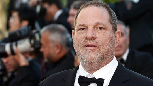 Hollywood-producer Harvey Weinstein er blevet fyret fra sit eget produktionsselskab efter anklager om sexchikane og overgreb er blevet beskrevet i blandt andet The New York Times og The New Yorker.