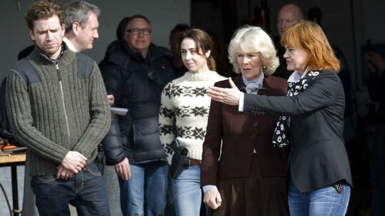 Piv Bernth stopper som dramachef i DR skriver DR i en pressemeddelelse. Arkivfoto: Hertuginden af Cornwall Camilla på location til forbrydelsen. Piv Bernt viser rundt.