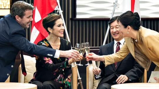 Kronprinsparret afsluttede torsdag aften deres besøg i Japan i anledning af 150 året for de diplomatiske forbindelser mellem de 2 lande. Det skete ved en galla middag hvor den japanske kronprinsesse Masako deltog i en af sine sjældne offentlige fremtrædener. Her skåler Kronprinsparret med det japanske kronprinspar HKH Japans Kronprins Naruhito og Kronprinsesse Masako. (Foto: Henning Bagger/Scanpix 2017)