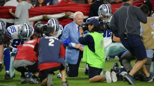 Dallas Cowboys-ejer Jerry Jones knælede sammen med resten af holdet før kampen mod Arizona Cardinals mandag 25. september i solidaritet med resten af NFL. Men det var før nationalmelodien. Da den blev blev afspillet, stod alle op, og det skal spillerne blive ved med. Ellers vil de ikke længere spille, har Jones slået fast. Foto: USA Today Sports