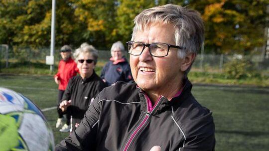 69-årige Aase Hansen, idekvinden bag holdet i Frederikssund, kan godt forstå, hvis det er lidt grænseoverskridende at starte med at spille fodbold, når man er på den anden side af 60 år. »Jeg plejer at sige til folk, at de bare skal komme ned og kigge - og ta' praktisk fodtøj på,« siger hun: »Det plejer at virke.«