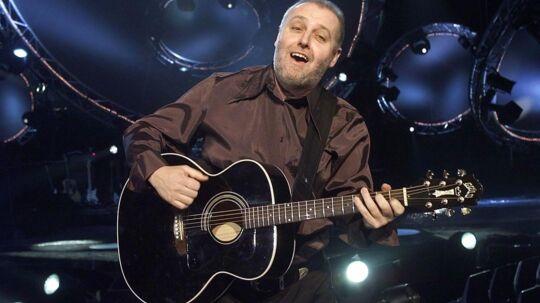 I 2001 deltog Helge Engelbrecht i dansk Melodi Grand Prix. Nu drager han på turne med gruppen Neighbours & Friends.
