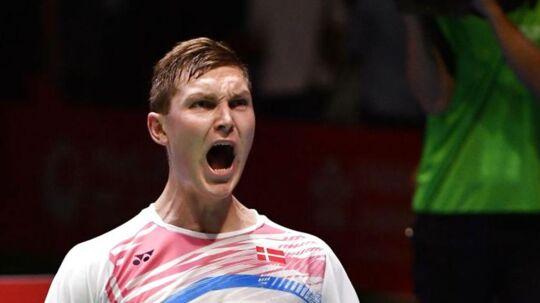 Viktor Axelsen fejrer sejren ved Japan Open, der sendte ham op på førstepladsen på verdensranglisten.