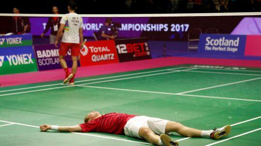 Viktor Axelsen (forr.) jubler her efter at have vundet VM i herresingle med en finalesejr over Lin Dan fra Kina. Der bliver ingen revanche-kamp i Danmark i næste uge, da Lin Dan har meldt afbud.