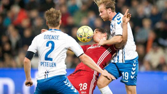 15.10.2017 - ALKA Superliga - OB - FCK - Kenneth Emil Petersen (OB 2) og Mikkel Desler (OB 19) har godt fat i Pieros Sotiriou (FCK - 28)