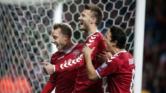 Christian Eriksen, Nicklas Bendtner og Thomas Delaney ved 1-0 i VM-kvalifikationskampen mellem Danmark-Rumænien i Telia Parken søndag d. 8 okt. (Foto: Liselotte Sabroe/Scanpix 2017)