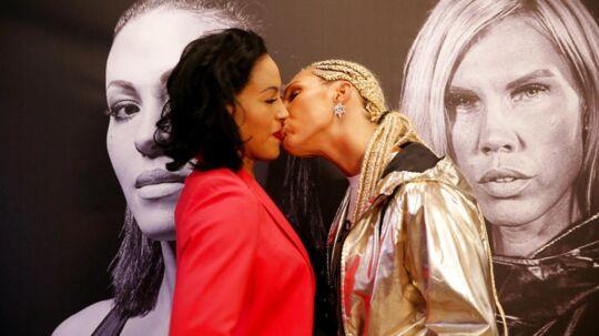 Mikaela Laurén (th) gav pludselig verdensmesteren Cecilia Brækhus et snækkys midt på munden under 'staredown'-presseseancen.