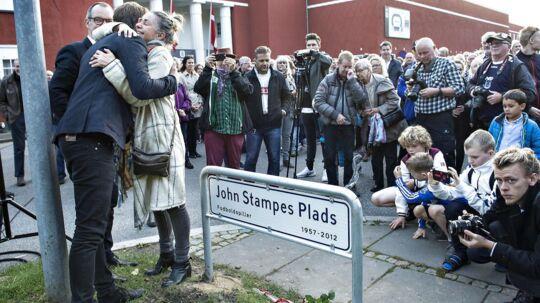 Før kampen mellem AGF og Lyngby blev John Stampes Plads indviet foran Ceres Park. Indvielsen blev foretaget af AGFs formand Lars Fournais og rådmand Kristian Würtz. Efter skiltet var sat op gav enken Vibeke Stampe en knus.