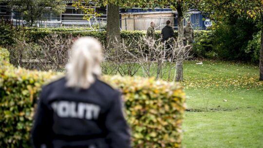 Politiet samt EOD (Ammunitionsrydningstjenesten) er tirsdag til stede ved Brinken i Glostrup.