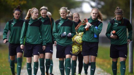 Kvindelandsholdet ankommer til træning i Dragør Boldklub tirsdag d. 17 oktober 2017. (Foto: Liselotte Sabroe/Scanpix 2017)