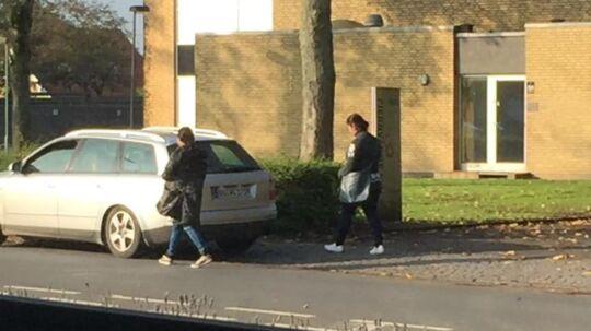 Det er de to kvinder og den sølvgrå Audi her på billedet, som Fyns Politi nu efterlyser.