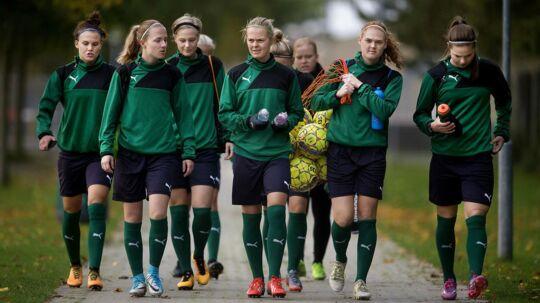 Det danske kvindelandshold har siden mandag trænet for sig selv i Dragør, og det kommer de også til onsdag.