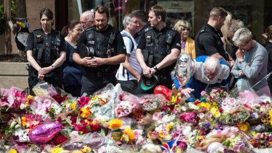 Politi og folk fra offentligheden lagde blomster i forbindelse med angrebet på Manchester Arena tidligere i år.