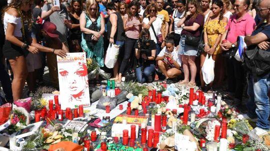 Sørgende lægger blomster og tænder lys på Ramblaen i Barcelona efter den islamistiske udåd torsdag aften.