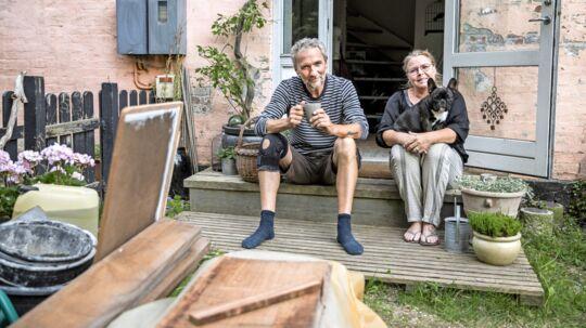 Efter afslag fra tre forskellige banker gik 57-årige Tommy Streander og 55-årige Trine Jonassen til udlånsportalen Udenombanken og lånte 900.000 kroner til at købe deres drømmehus, som de nu er i gang med at renovere. Foto: Nikolai Linares