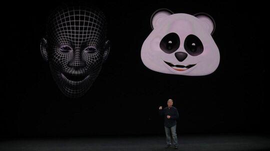 Sådan så det ud, da Apples Phil Schiller 12. september præsenterede en af de funktioner, som skal være den kommende iPhone Xs særkende: animojier. Her bruges telefonens ansigtsgenkendelse til at overføre ansigtsudtryk i 3D-visning til de emoji-symboler, som kan anvendes på telefonen. Men et andet firma ejer rettent il navnet animoji og har sagsøgt Apple. Arkivfoto: Justin Sullivan, Getty Images/AFP/Scanpix