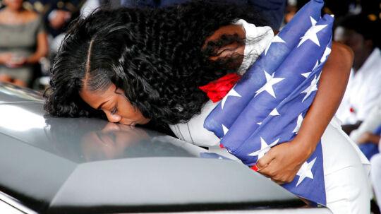 Myeshia Johnson, enke efter soldaten La David Johnson, kysser sin afdøde mands kiste farvel.