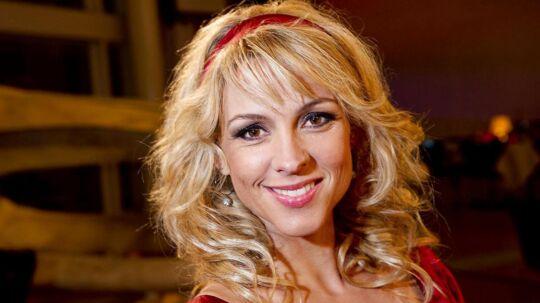 Cecilie Frøkjær er vært på TV 2-programmet 'Samme tid næste år', som bliver klandret af seerne for at være snyd.