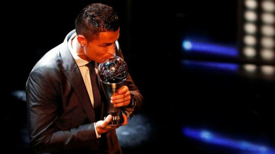 Cristiano Ronaldo med de synlige bevis på, at han er kåret til FIFA Player of the Year 2017.