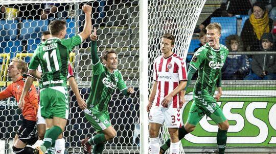 OB (grønne trøjer) vandt 2-0 over AaB, som herefter er langt væk fra top-6.