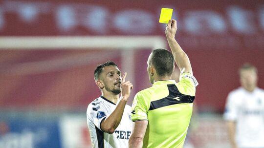 Dino Mikanovic får her det gule kort af dommer Mads-Kristoffer Kristoffersen. Senere fik han det røde kort i samme kamp, og det er han meget utilfreds med.