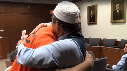 Faderen til et dræbt pizzabud tilgiver drabsmanden i retten og giver ham efterfølgende et kram foran de forbløffede dommere.